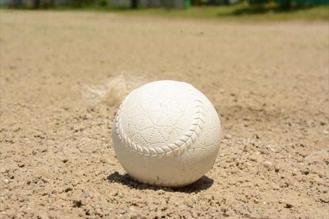 少年野球の間に練習用具の手入れを教える